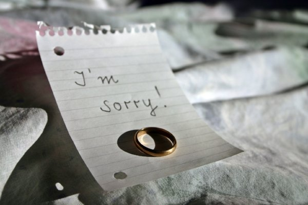 I'm sorry note with ring on bed